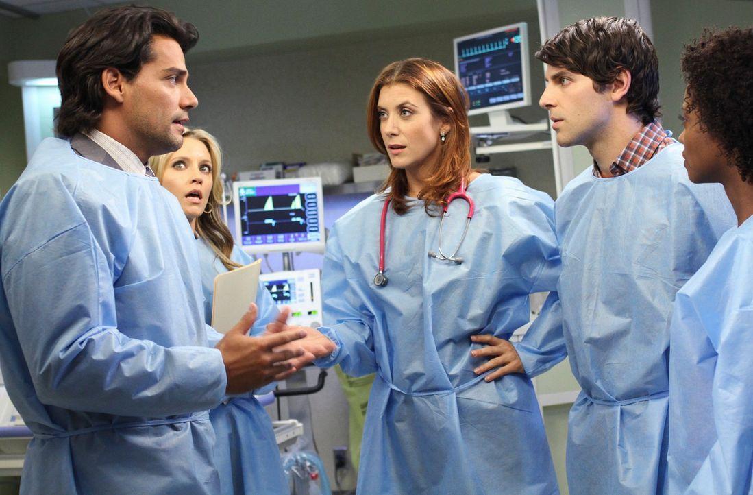 Machen sich Sorgen, um die kleine Kyla, die mit einem bösartigen Tumor zur Welt gekommen ist: Daniel (David Giuntoli, 2.v.r.), Tracy (Linara Washin... - Bildquelle: ABC Studios