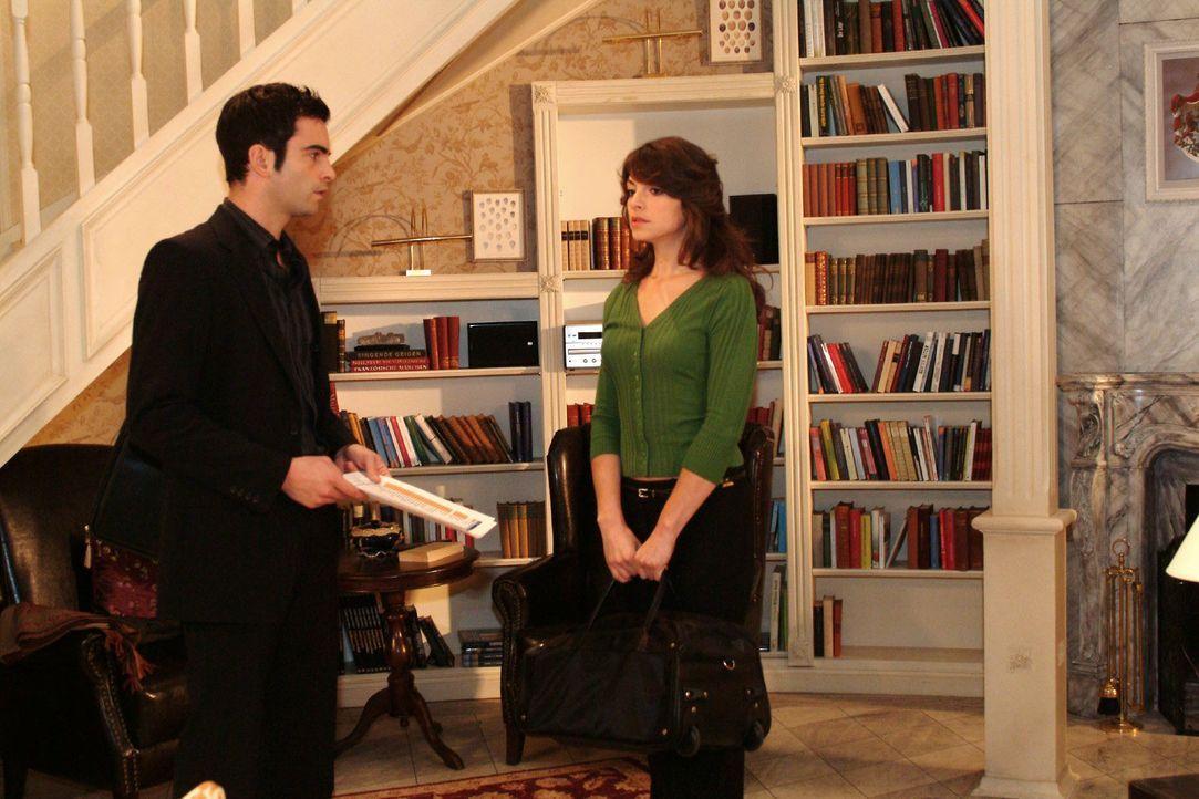 David (Mathis Künzler, l.) ist erleichtert, als Mariella (Bianca Hein, r.) wieder nach Hause zurückkommt. - Bildquelle: Monika Schürle SAT.1 / Monika Schürle