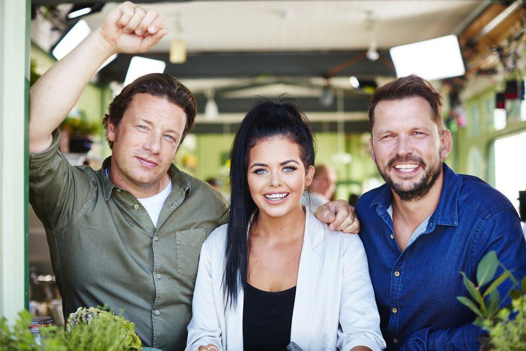 (v.l.n.r.) Jamie Oliver; Scarlett Moffatt; Jimmy Doherty - Bildquelle: David Loftus 2016 Jamie Oliver Enterprises Limited/David Loftus