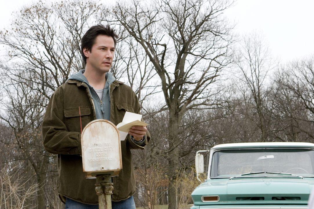 """Alex (Keanu Reeves) ist verwundert über den Brief seiner angeblichen Vormieterin. Eigentlich war er der Meinung, dass das """"Haus am See"""" seit Jahren... - Bildquelle: Warner Brothers International Television Distribution Inc."""