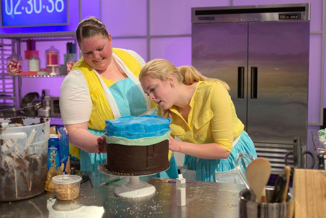 Laura Burt (l.) und ihre Assistentin Madeline Jones (r.) geben ihr Bestes, denn sie wollen mit ihrem Kuchen die Jury verzaubern ... - Bildquelle: 2015, Television Food Network, G.P. All Rights Reserved