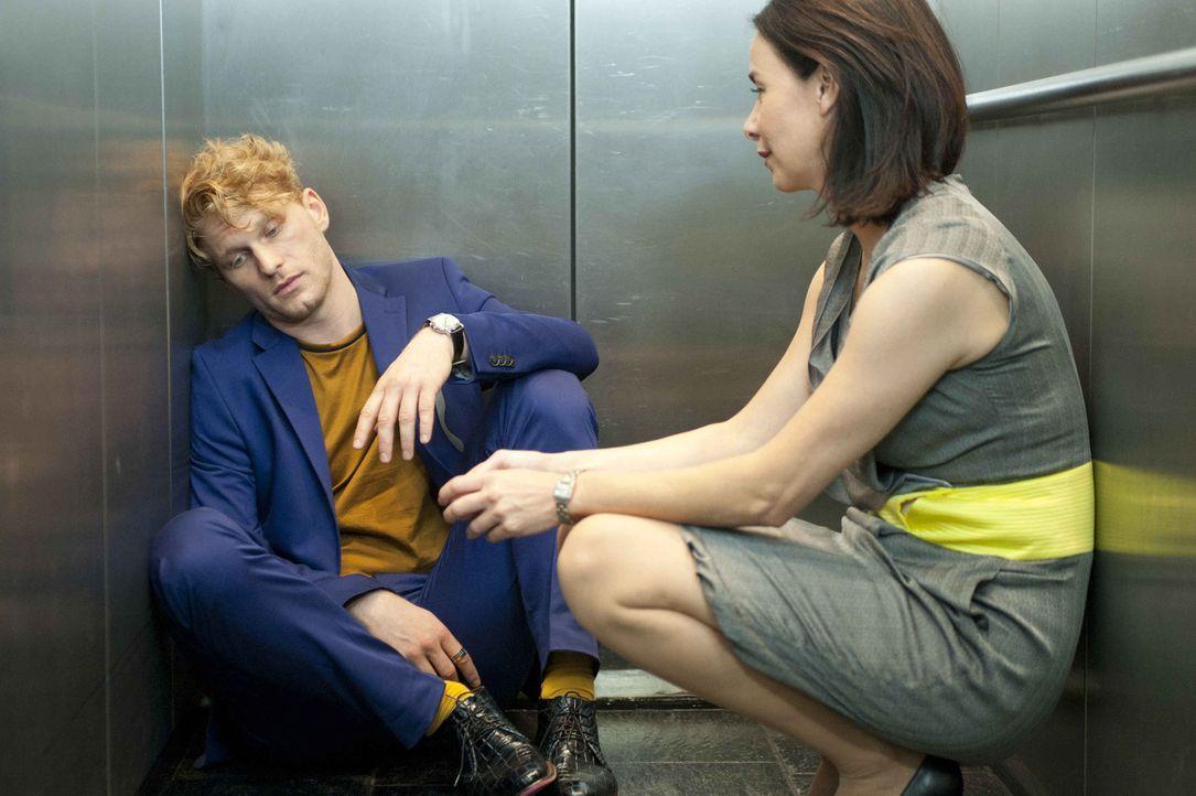 Obwohl Sascha (Lucas Prisor, l.) ihr eine Zukunft mit Axel zerstört hat, kann und will Nicky (Katharina Müller-Elmau, r.) ihn nicht aus der Firma dr... - Bildquelle: Britta Krehl SAT.1