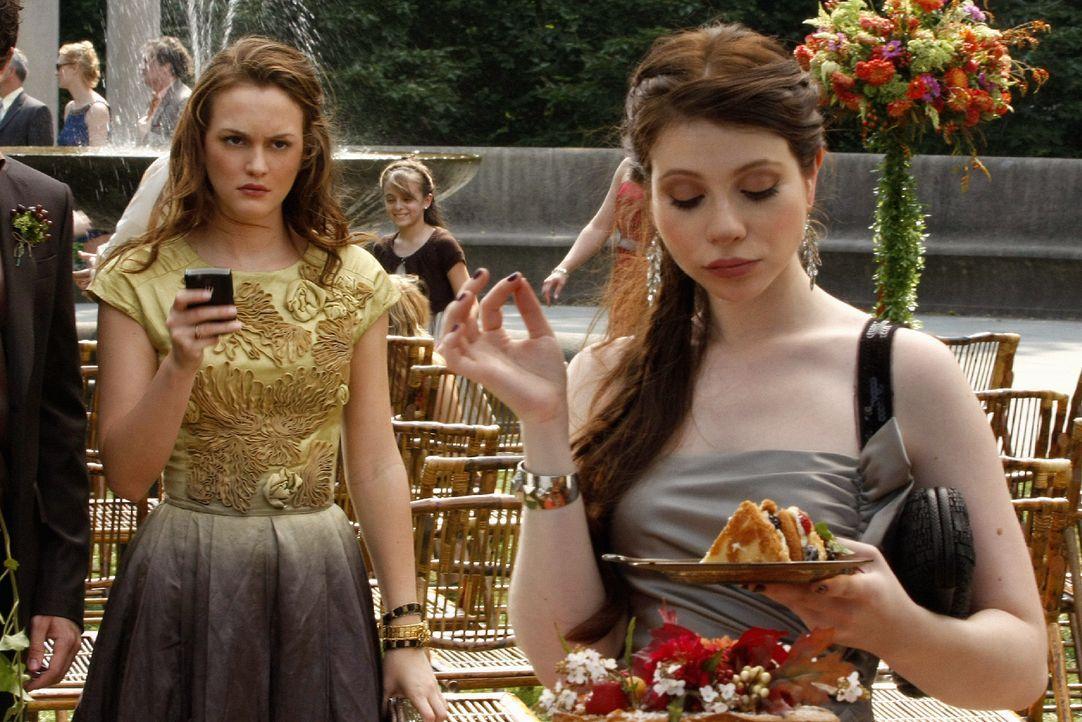 Was macht denn Georgina (Michelle Trachtenberg, r.) auf Rufus' Hochzeit? Das fragt sich auch Blair (Leighton Meester, l.) und wittert, dass da etwas... - Bildquelle: Warner Brothers