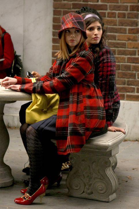 Während Blair von Chuck enttäuscht ist, belauschen Penelope (Amanda Setton, r.) und Hazel (Dreama Walker, l.) ein Gespräch und geben die Infos sofor... - Bildquelle: Warner Brothers
