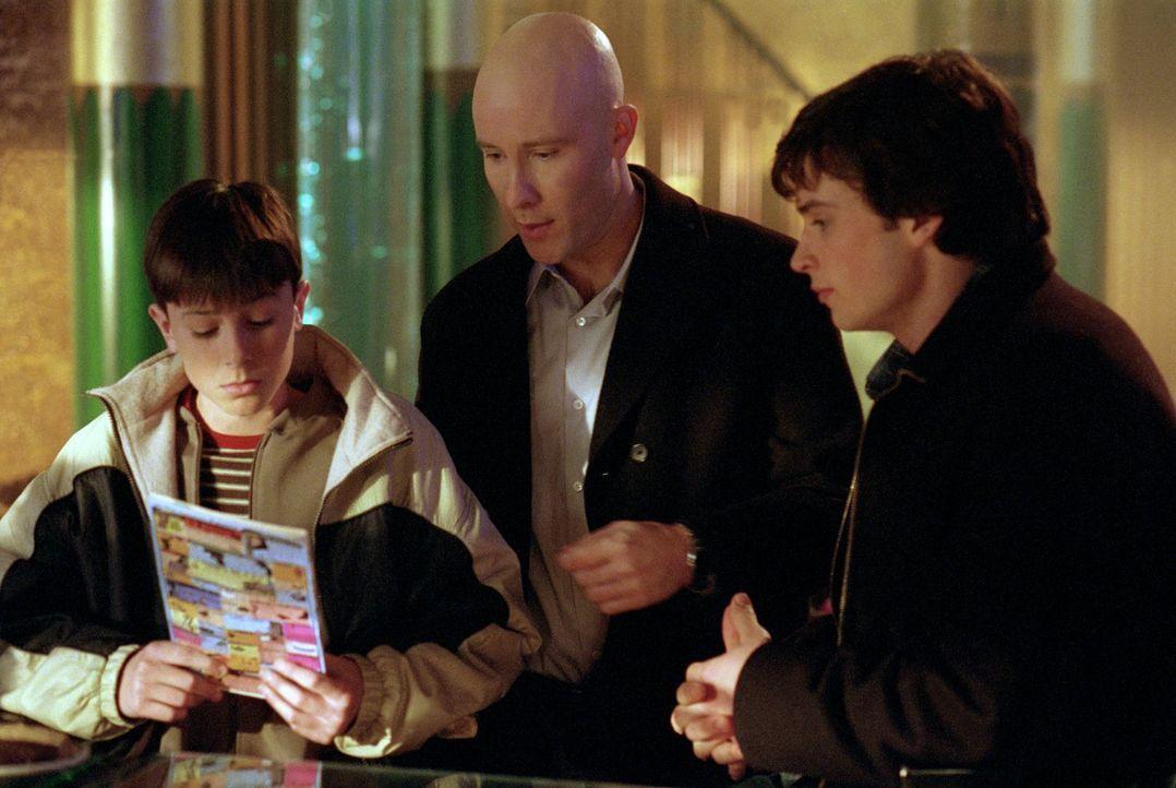 Wie lange wird es der kleine Ryan (Ryan Kelley, l.) schaffen, seine besondere Gabe vor Clark (Tom Welling, l.) und Lex (Michael Rosenbaum, M.) gehei... - Bildquelle: Warner Bros.
