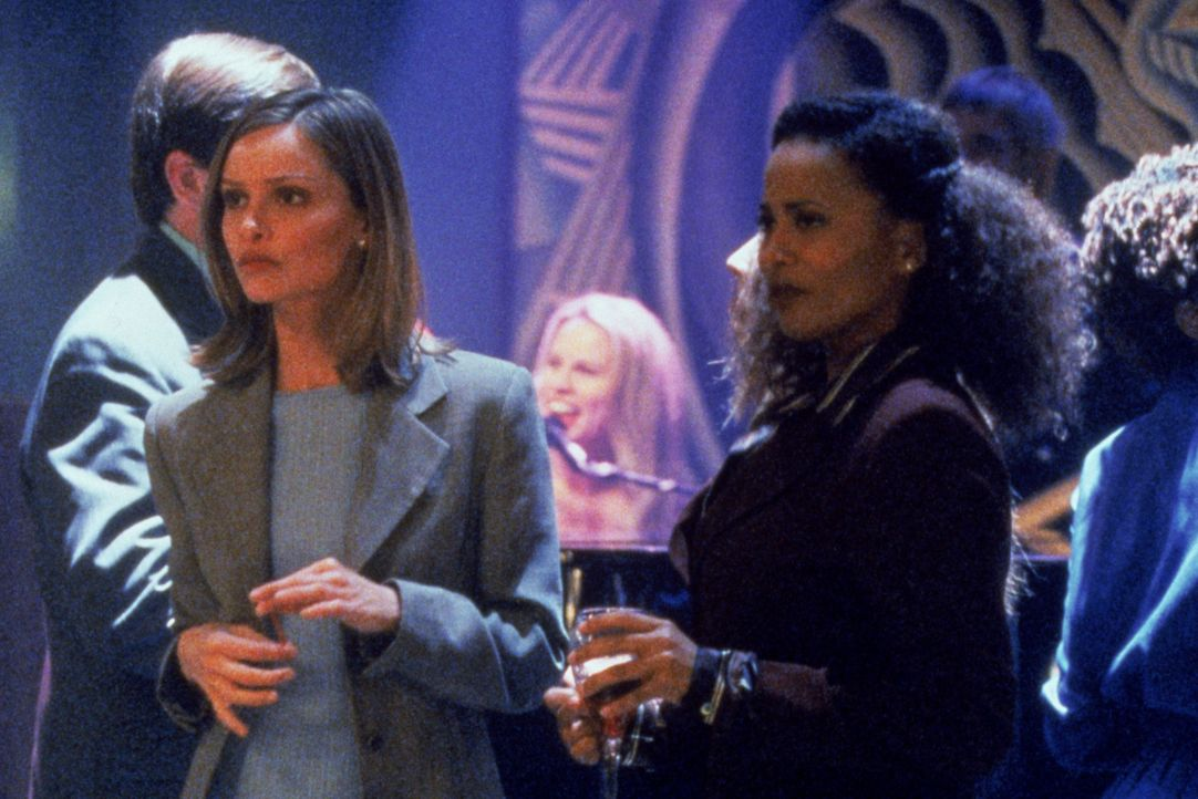 Renée (Lisa Nicole Carson, r.) ist wie so oft zusammen mit Ally (Calista Flockhart, l.) in der Bar, doch lernen sie auch diesmal wieder niemanden ke... - Bildquelle: Twentieth Century Fox Film Corporation. All rights reserved.