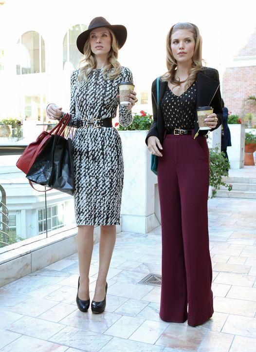 Naomis (AnnaLynne McCord, r.) Schwester Jen (Sara Foster, l.) kommt überraschend zu Besuch und Naomi versucht auf Biegen und Brechen, ihr zu imponi... - Bildquelle: 2011 The CW Network. All Rights Reserved.