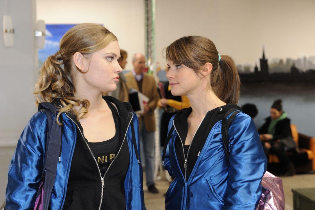Was ist zwischen Caro (Sonja Bertram, l.) und Jenny Hartmann (Lucy Scherer, r.) los? - Bildquelle: SAT.1