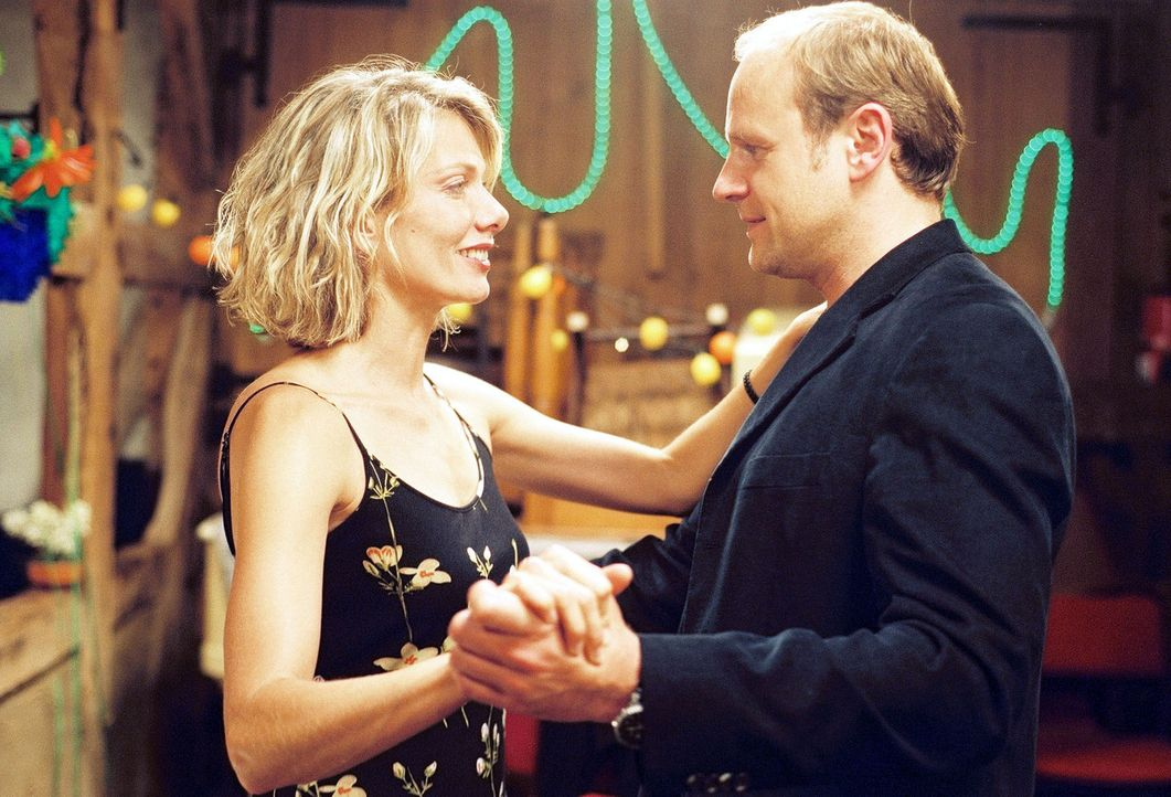 Nach der Beerdigung eines alten Freundes kommen sich Simone (Ursula Karven, l.) und Stefan (Oliver Stokowski, r.) näher ... - Bildquelle: Sat.1
