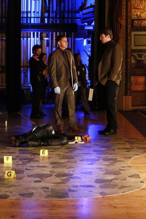 Nachdem ein Schauspieler ermordet wurde, finden Castle (Nathan Fillion, l.) und Detective Esposito (Jon Huertas, r.) heraus, dass der Star wohl mehr... - Bildquelle: Mitch Haaseth 2016 American Broadcasting Companies, Inc. All rights reserved. / Mitch Haaseth
