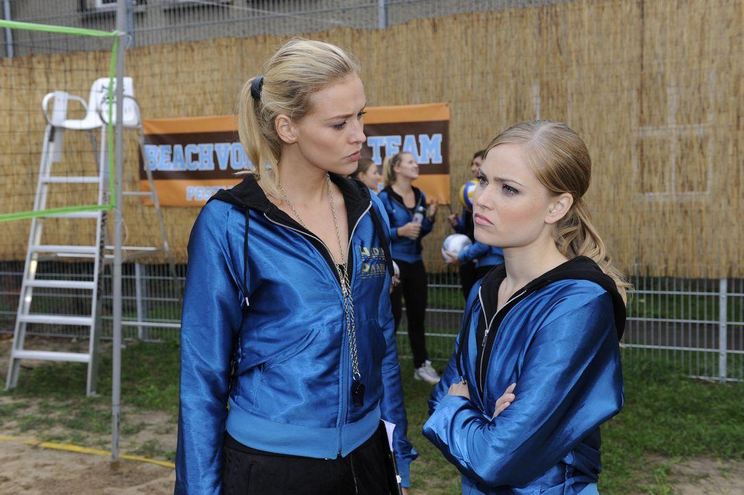Caro (Sonja Bertram, r.) muss sich eine Taktik überlegen, um Sophie in das Volleyballteam zurückzuholen. wird Alexandra (Verena Mundhenke, l.) ihr... - Bildquelle: Christoph Assmann SAT.1