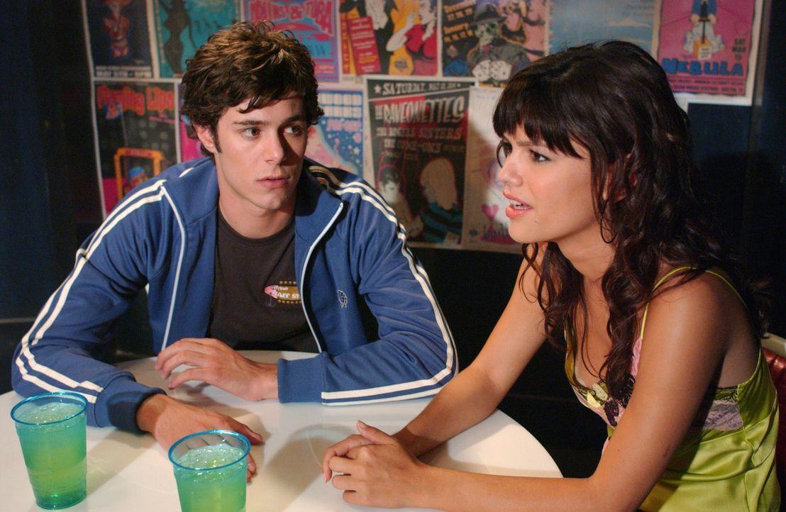 Seth (Adam Brody, l.) will Summer (Rachel Bilson, r.) unbedingt wieder zurückgewinnen. Um das zu ermöglichen, versucht er, ein neuer, selbstloser... - Bildquelle: Warner Bros. Television