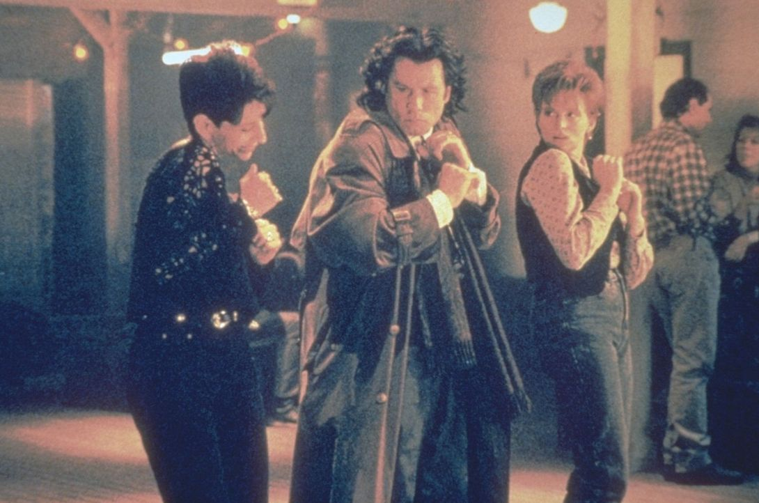 Das majestätische Flügelpaar des Erzengels Michael (John Travolta, M.) hat ihn mitten ins Amerika des 20. Jahrhunderts getragen, wo er sich nun am... - Bildquelle: Warner Brothers