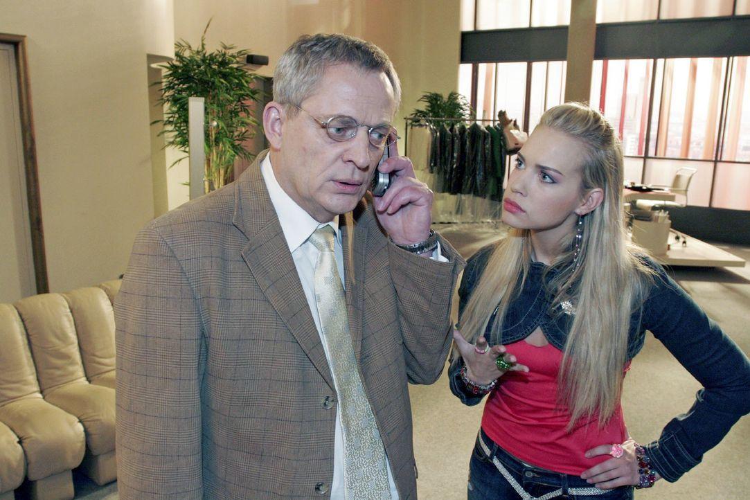 Kim (Lara-Isabelle Rentinck, r.) versucht vergeblich mit ihrem Vater Friedrich (Wilhelm Manske, l.) zu reden. Friedrich hat keine Zeit für sie... - Bildquelle: Noreen Flynn SAT.1 / Noreen Flynn