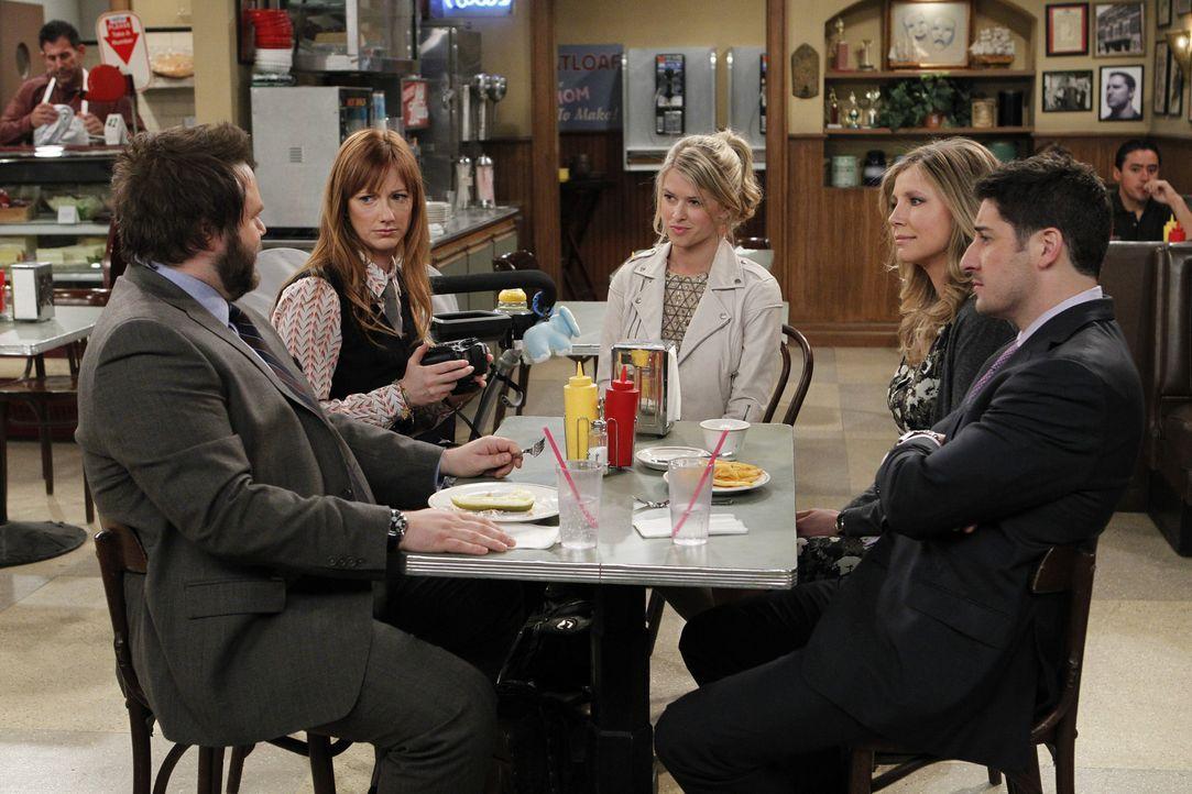 Tiffany (Sarah Wright, M.) erzählt ihren Freunden Larry (Tyler Labine, l.), Connie (Judy Greer, 2.v.l.), Kate (Sarah Chalke, 2.v.r.) und Ben (Jason... - Bildquelle: CPT Holdings, Inc. All Rights Reserved.