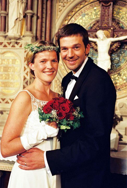 Noch sieht alles nach einem Happy End aus: Sophie (Karoline Eichhorn, l.) und Martin (Kai Wiesinger, r.) kurz nach der Trauung. - Bildquelle: Sat.1