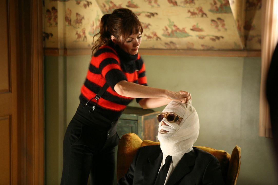 Chuck (Anna Friel, l.) hintergeht Ned, als sie ihren Vater (Josh Randall, r.) am Leben lässt ... - Bildquelle: Warner Brothers