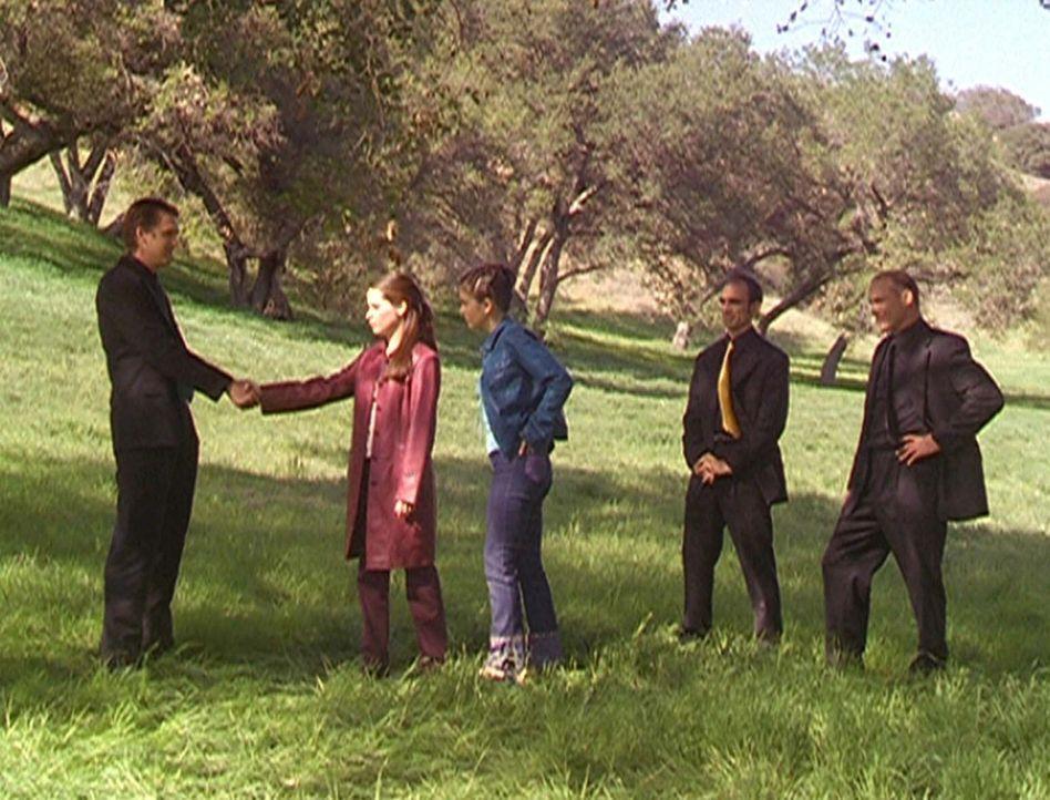 Piper (Holly Marie Combs, 2.v.l.) und Phoebe (Alyssa Milano, M.) sind gezwungen, einen Pakt mit den apokalyptischen Reitern einzugehen ... - Bildquelle: Paramount Pictures