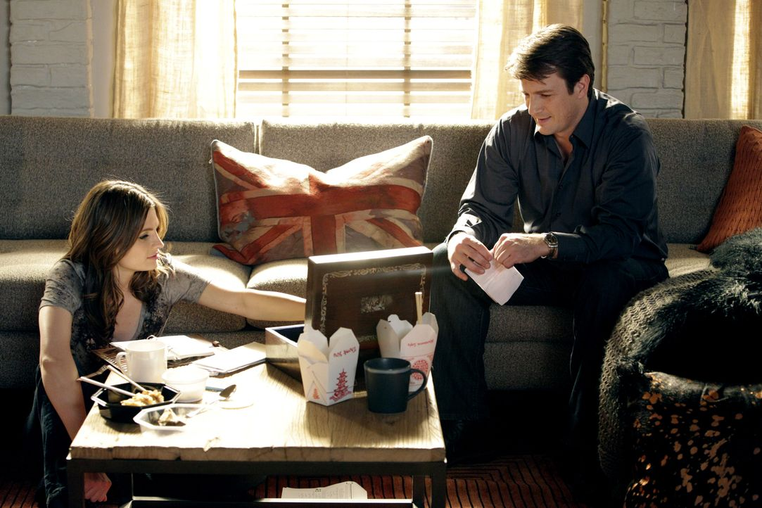 Nachdem Beckett (Stana Katic) vom aktuellen Fall abgezogen wurde, beschließen sie und Castle (Nathan Fillion, r.), auf eigene Faust weiterzuermittel... - Bildquelle: 2010 American Broadcasting Companies, Inc. All rights reserved.