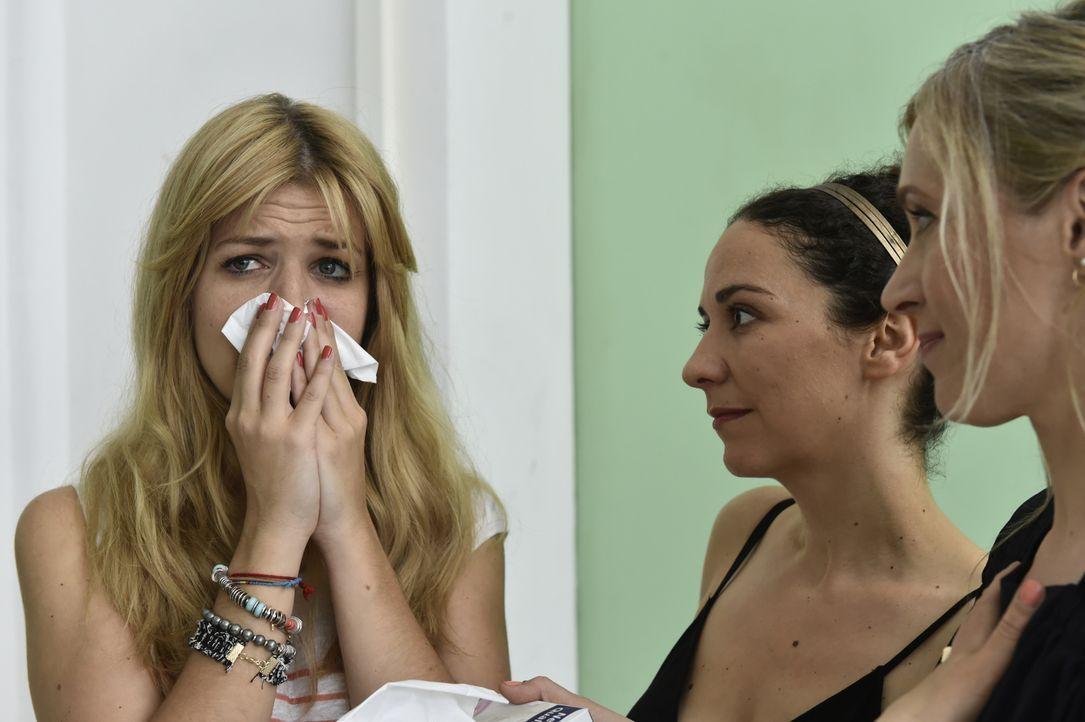 Mila (Susan Sideropoulos, l.) legt ein emotionales Geständnis über ihr Single-Dasein ab und erfährt von  Isis (Shirin Soraya, M.) und Janna (Nicole... - Bildquelle: Claudius Pflug SAT.1