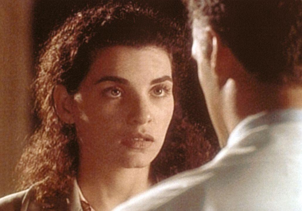 Carol Hathaway (Julianna Margulies, l.) gesteht ihrem Freund Taglieri (Rick Rossovich, r.), dass sie ihm nicht treu war. - Bildquelle: TM+  WARNER BROS.