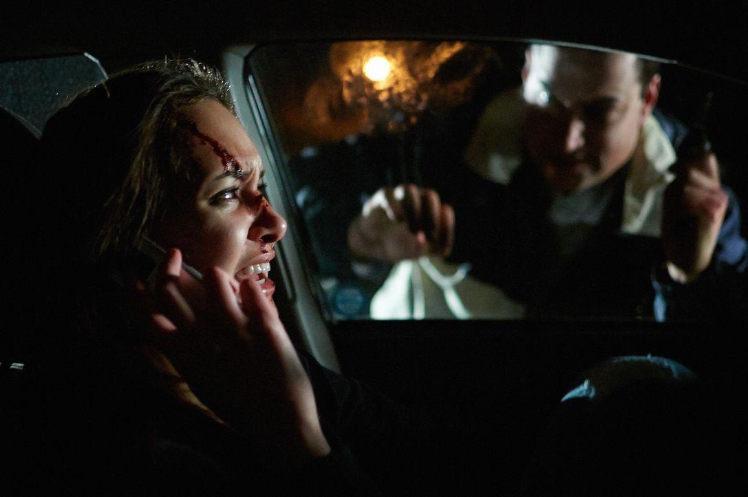 Nachdem Angel (r.) sie brutal attackiert hat, verschanzt sich Amy (l.) in ihrem Auto ... - Bildquelle: Steven Lungley Cineflix 2014