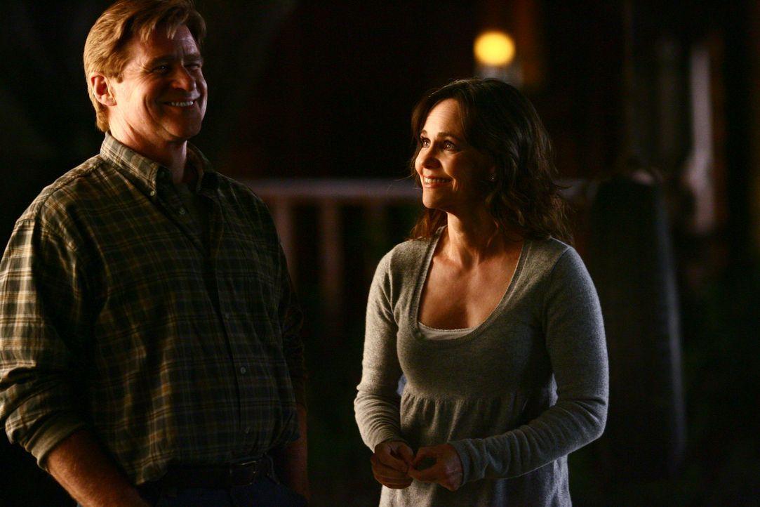 Haben Spaß miteinander: Nora (Sally Field, r.) und David (Treat Williams, l.) ... - Bildquelle: Disney - ABC International Television