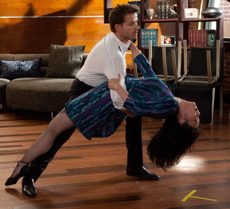 Die Tanzschritte müssen sitzen: Louis (Louis Van Amstel, hinten) und Teri (Margaret Cho, vorne) üben fleißig ... - Bildquelle: 2011 Sony Pictures Television Inc. All Rights Reserved.