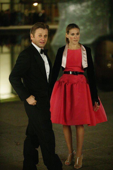 Die Beziehung zu Aleksandr Petrovsky (Mikhail Baryshnikov, l.) entwickelt sich für Carrie (Sarah Jessica Parker, r.) auf eine ungewohnte Weise ... - Bildquelle: Paramount Pictures