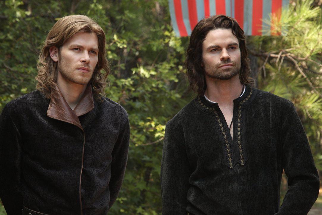 Elijah und Klaus im 12. Jahrhundert - Bildquelle: © Warner Bros. Entertainment Inc.