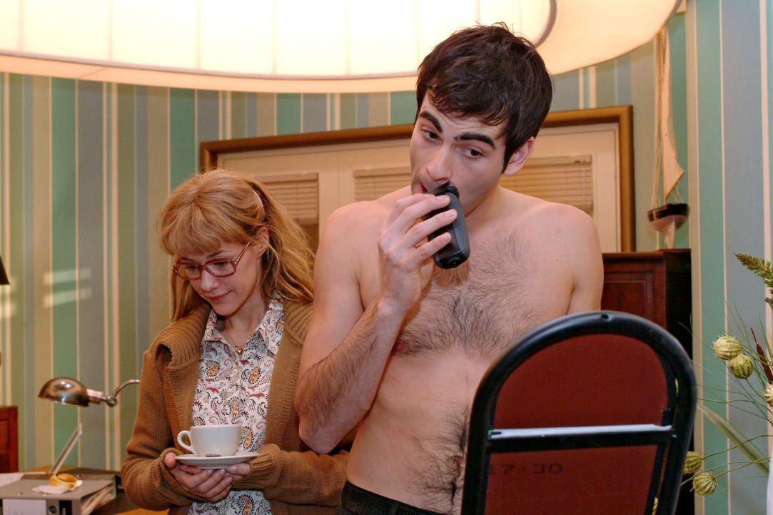 Lisa (Alexandra Neldel, l.) ist sehr verlegen, als sie David (Mathis Künzler, r.) ohne Hemd beim Rasieren im Büro antrifft. Schüchtern versucht sie,... - Bildquelle: Monika Schürle SAT.1 / Monika Schürle