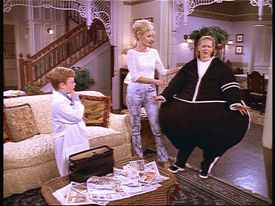 Sabrina (Melissa Joan Hart, r.) ist pfannkuchensüchtig und genau so sieht sie auch aus. Tante Zelda (Beth Broderick, M.) geht mit ihr zu Dr. Brickm... - Bildquelle: Paramount Pictures