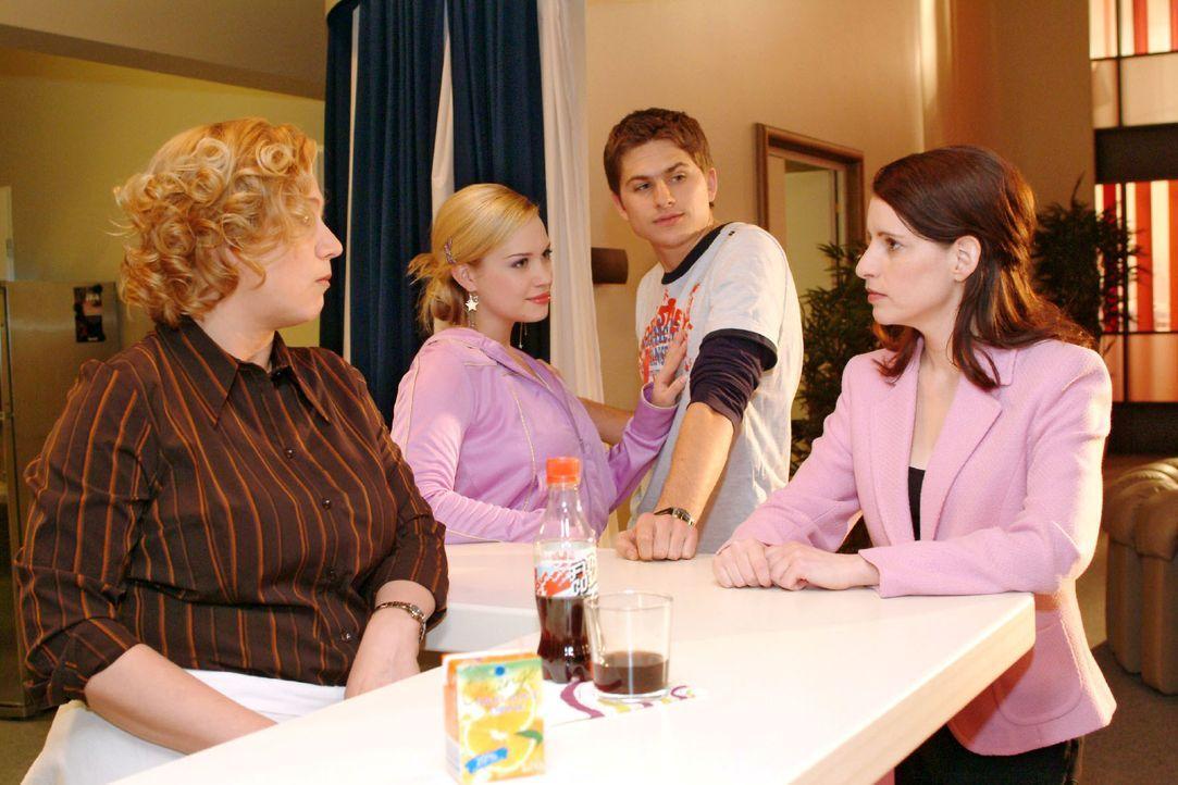 Als Timo (Matthias Dietrich, 2.v.r.) Kim (Lara-Isabelle Rentinck, 2.v.l.) als seine Freundin vorstellt, sind seine Mutter (Stefanie Höner, r.) und A... - Bildquelle: Monika Schürle SAT.1 / Monika Schürle