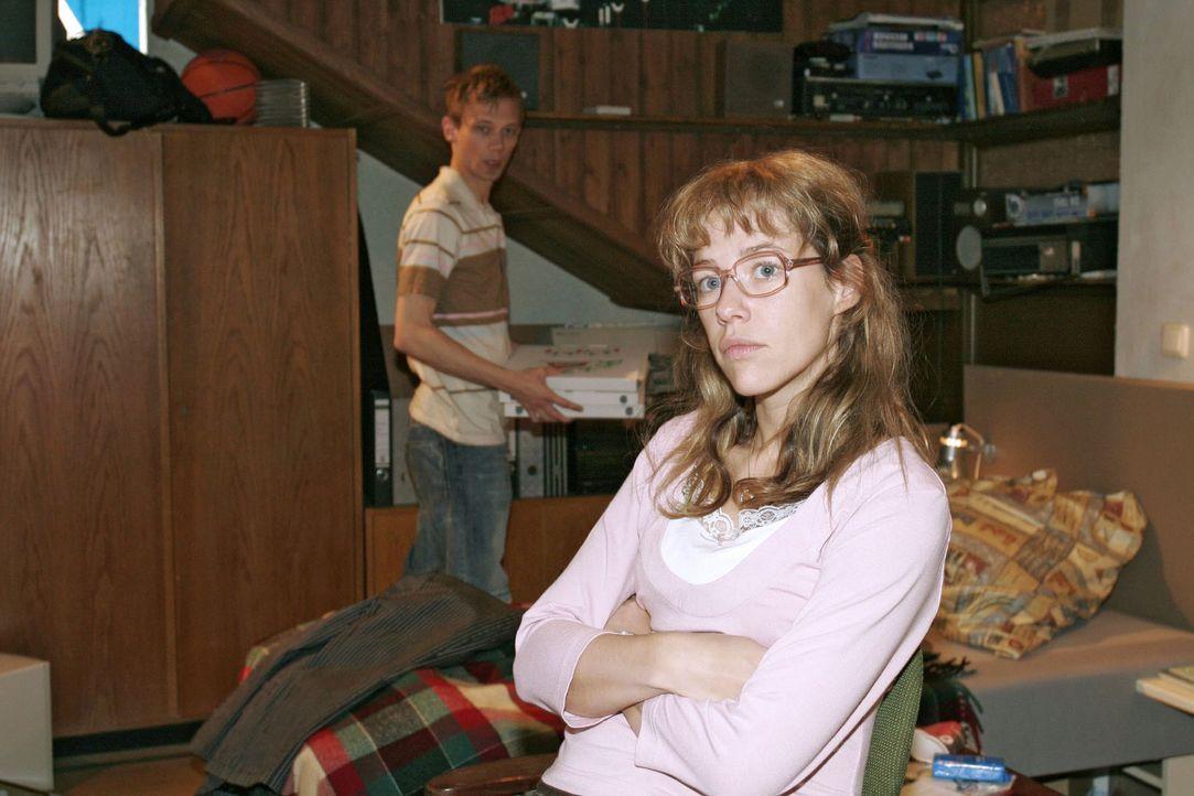 Lisa (Alexandra Neldel, r.) kann nicht fassen, dass Jürgen (Oliver Bokern, l.) auf Sabrina reingefallen ist - und nimmt sich vor, dieser ihre krimi... - Bildquelle: Sat.1
