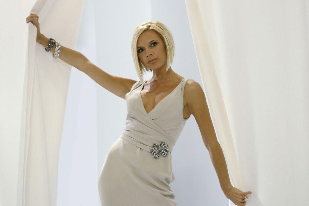 Steht im Mittelpunkt aller: Brautjungfer Victoria Beckham ... - Bildquelle: Buena Vista International Television