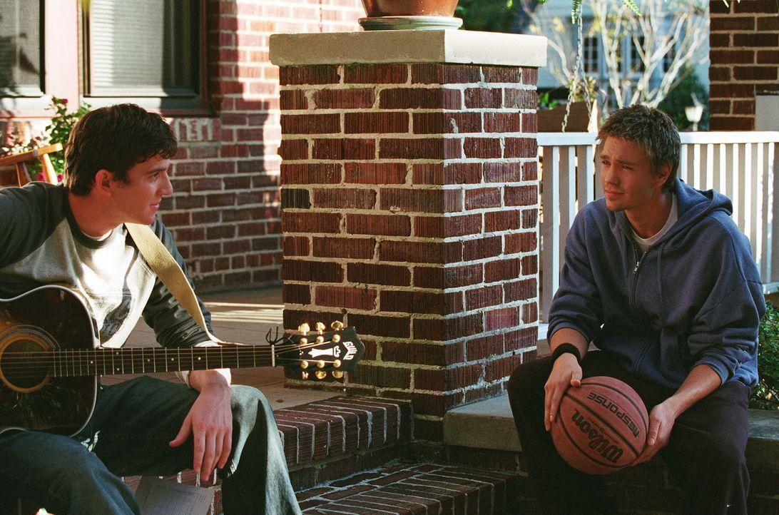 Als Lucas (Chad Michael Murray, r.) zufällig bei Jake (Bryan Greenberg, l.) vorbeikommt, weiht dieser ihn in ein Geheimnis ein ... - Bildquelle: Warner Bros. Pictures