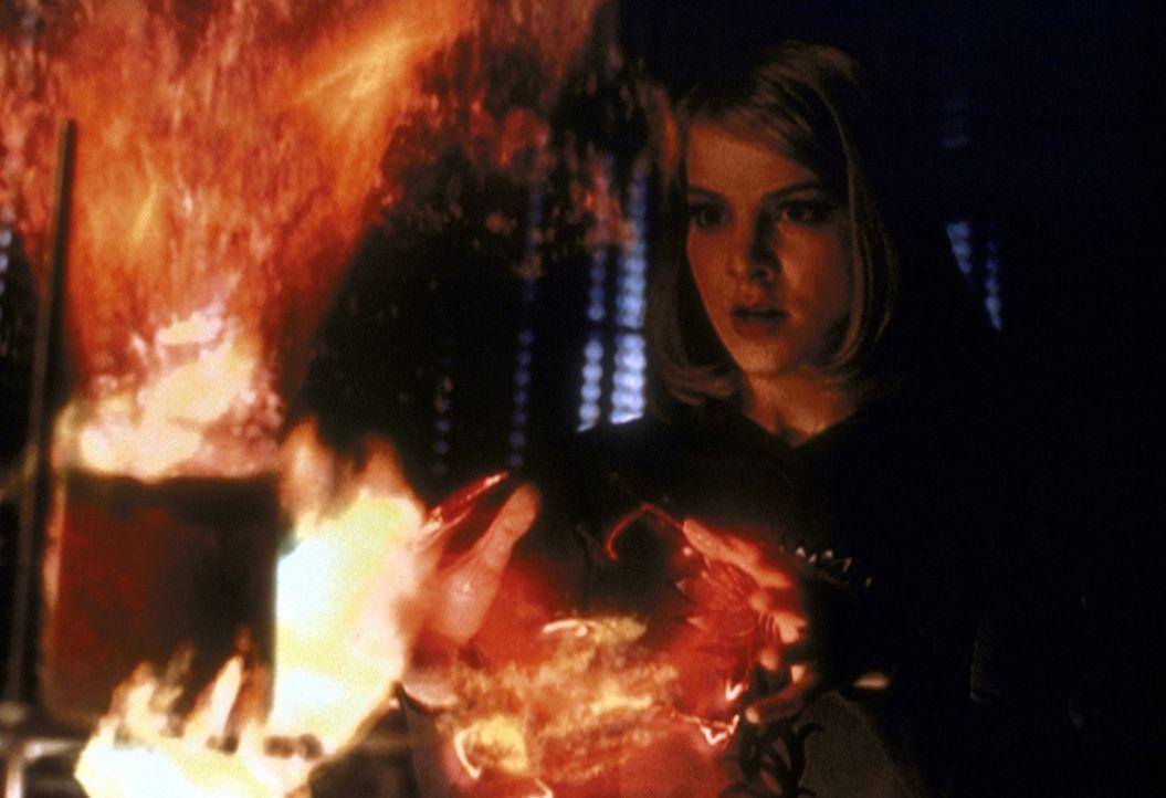 Amy (Elizabeth Anne Allen) versucht, den Liebeszauber, der alle Frauen von Sunnydale verrückt nach einem Mann gemacht hat, rückgängig zu machen. - Bildquelle: TM +   2000 Twentieth Century Fox Film Corporation. All Rights Reserved.