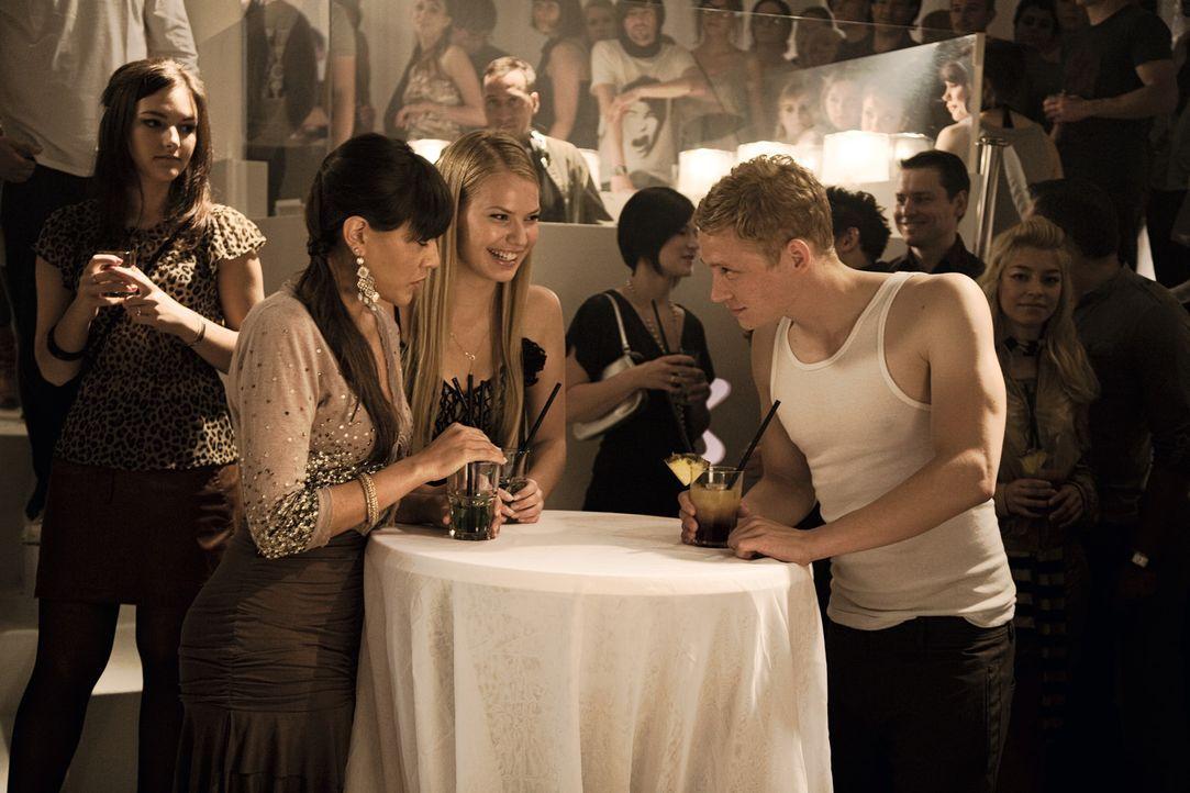 Versucht die Flirttipps von Dr. Eisenberger umzusetzen: Moritz (Matthias Schweighöfer, r.) ... - Bildquelle: 2009 Warner Bros. Entertainment
