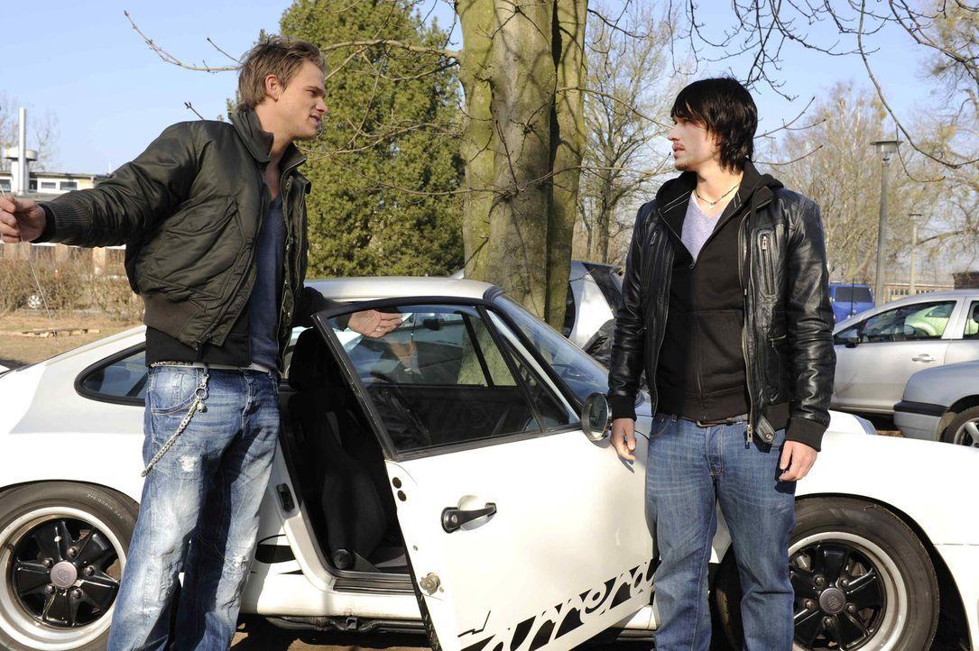 Ben (Christopher Kohn, r.) wirft Ronnie (Frederic Heidorn, l.) vor, beim Rennen betrogen zu haben und fordert eine Revanche ... - Bildquelle: SAT.1