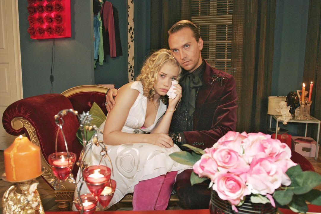 Kim (Lara-Isabelle Rentinck, l.) lässt sich von Hugo (Hubertus Regout, r.) trösten, denn sie weiß nicht, wie sie die nächste Begegnung mit Timo... - Bildquelle: Noreen Flynn Sat.1