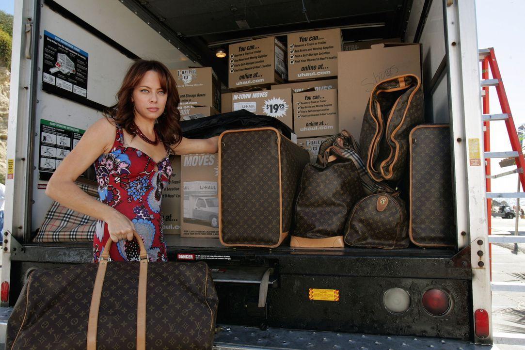 Julie (Melinda Clarke) muss aus ihrem Strandhaus ausziehen, da sie nach Charlottes Abreise die Miete nicht mehr zahlen kann. Sie zieht auf einen her... - Bildquelle: Warner Bros. Television