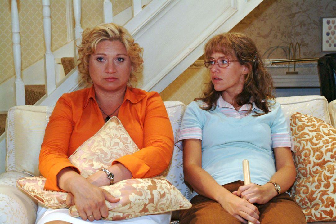 Agnes (Susanne Szell, l.) berichtet der fassungslosen Lisa (Alexandra Neldel, r.) von Richards Verhalten - und von der Kürzung ihrer Stelle als Cat... - Bildquelle: Monika Schürle Sat.1