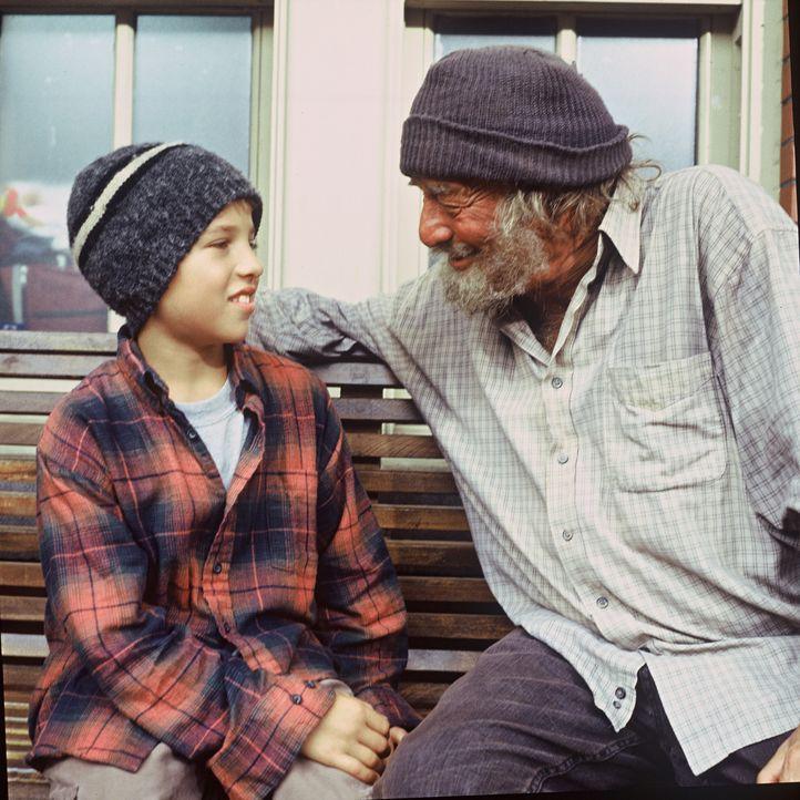 Engel Max (Peter Falk, r.) will dem kleinen Jimmy (Alexander Conti, l.) helfen, doch das ist gar nicht so einfach ... - Bildquelle: TM &   2012 CBS Studios Inc. All Rights Reserved.