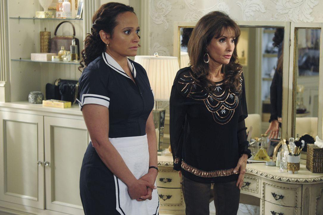 Ein vollkommen unerwarteter Besuch sorgt bei Genevieve (Susan Lucci, r.) und Zoila (Judy Reyes, l.) für Unruhe ... - Bildquelle: 2014 ABC Studios