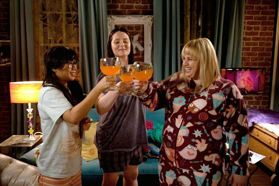 """Machen sich bereit für eine """"Super Fun Night"""": Helen-Alice (Liza Lapira, l.), Marika (Lauren Ash, M.) und Kimmie (Rebel Wilson, r.). Doch dann läuft... - Bildquelle: Warner Brothers"""