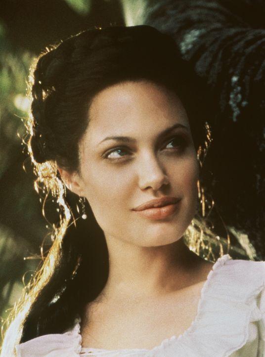 Bereits auf den ersten Blick verfällt Luis Antonio Vargas der erotischen Schönheit Julia Russell (Angelina Jolie) mit Haut und Haaren ... - Bildquelle: Metro-Goldwyn-Mayer Distributing Corporation