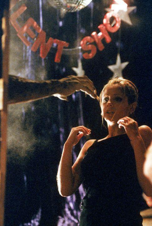 Ein Kampf auf Leben und Tod: Buffy (Sarah Michelle Gellar) wehrt sich gegen einen bösartigen Dämon. - Bildquelle: TM +   2000 Twentieth Century Fox Film Corporation. All Rights Reserved.