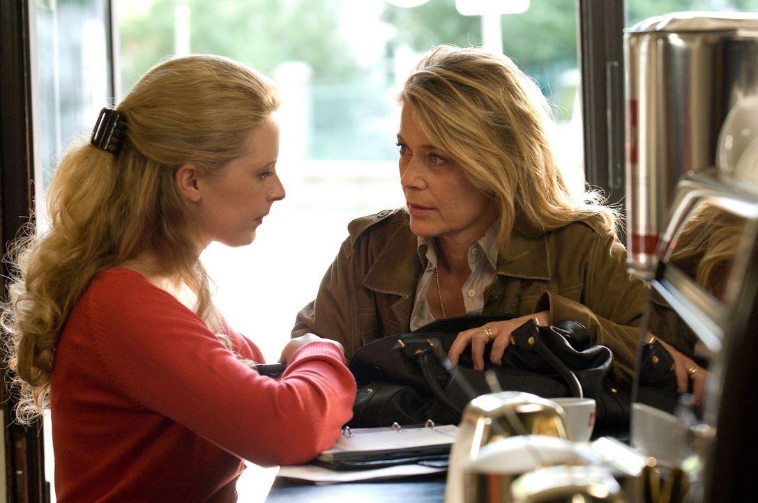 Nach dem Erhalt eines mysteriösen Fotos befürchtet Christiane (Barbara Rudnik, r.), dass Greta (Diana Amft, l.) in Gefahr ist. Doch die tut die Wa... - Bildquelle: Sat.1