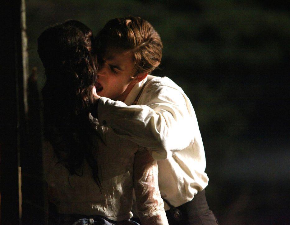 Um seinen Bruder soweit zu bringen, dass er aus dem Hungerstreik tritt, beißt Stefan (Paul Wesley) ein Mädchen. Denn dem Geruch des Blutes kann sein... - Bildquelle: Warner Bros. Television