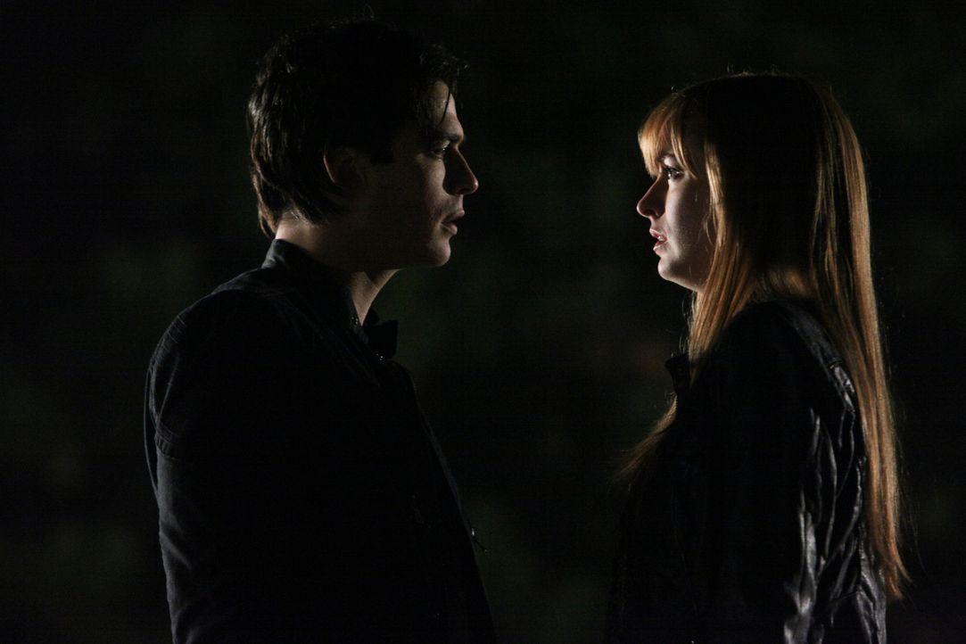 Betrunken und tief verletzt durch Roses Tod wendet sich Damon (Ian Somerhalder, l.) an eine verängstigte Autofahrerin (Ahna O'Reilly, r.), um seinen... - Bildquelle: Warner Brothers